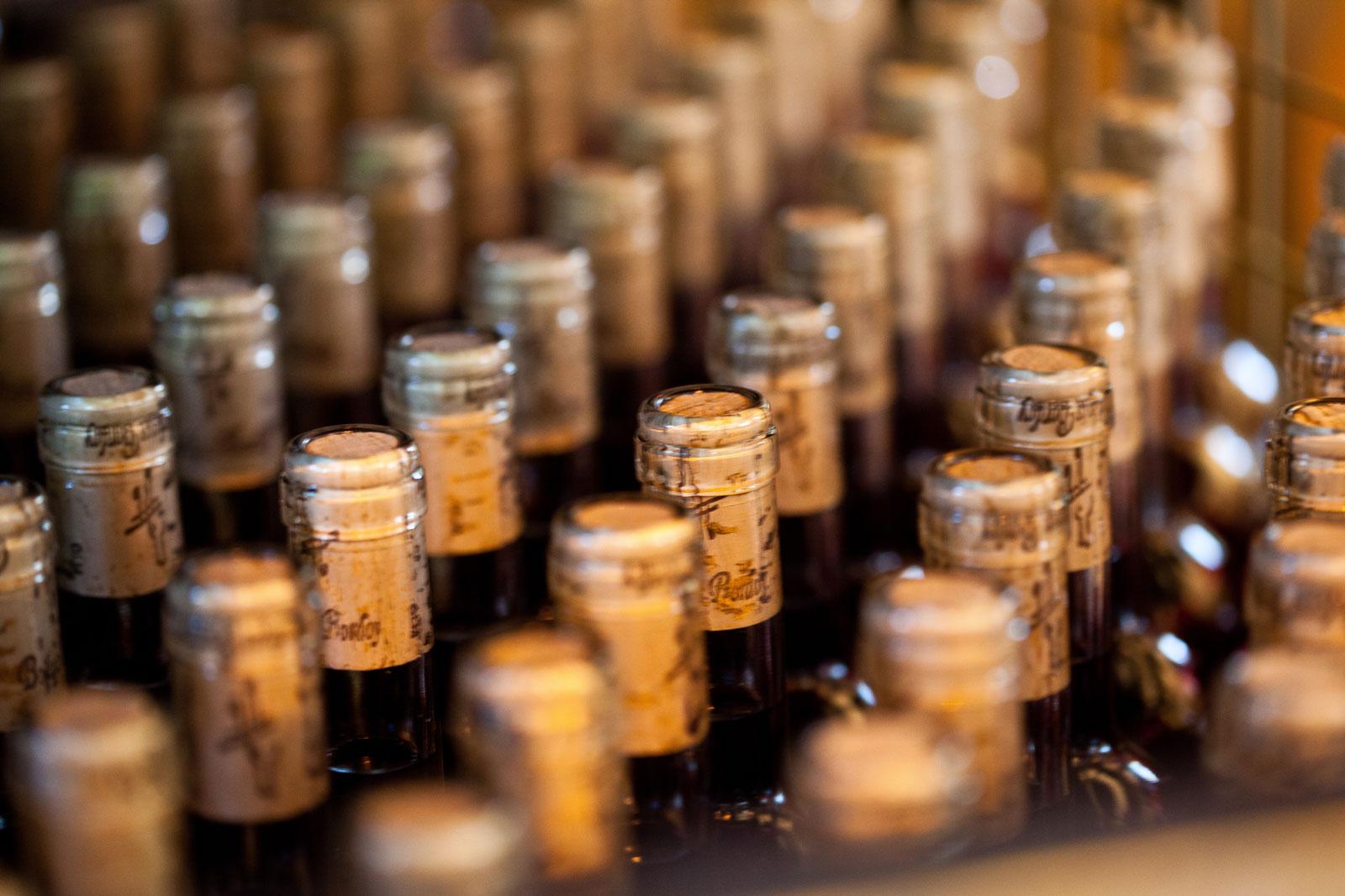 Botellas de vino sin etiquetar con el corcho de Bodegas Bordoy.