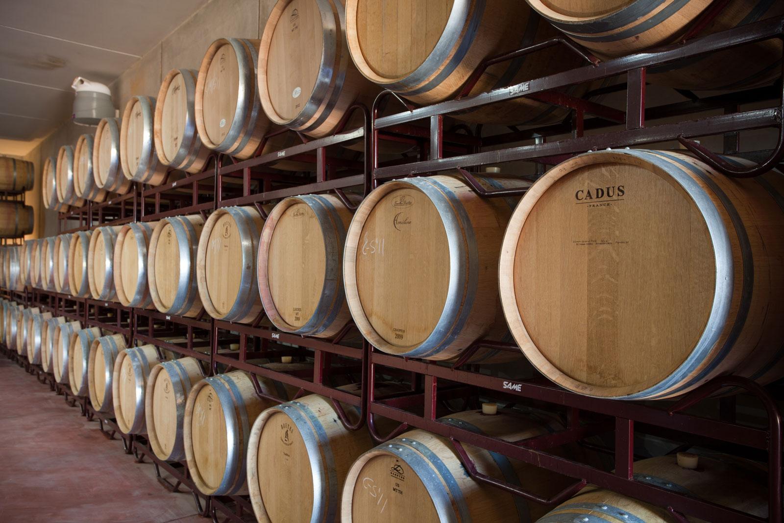 3 alturas de barricas de roble francés con vino Sa rota y Terra de Marès en su interior.