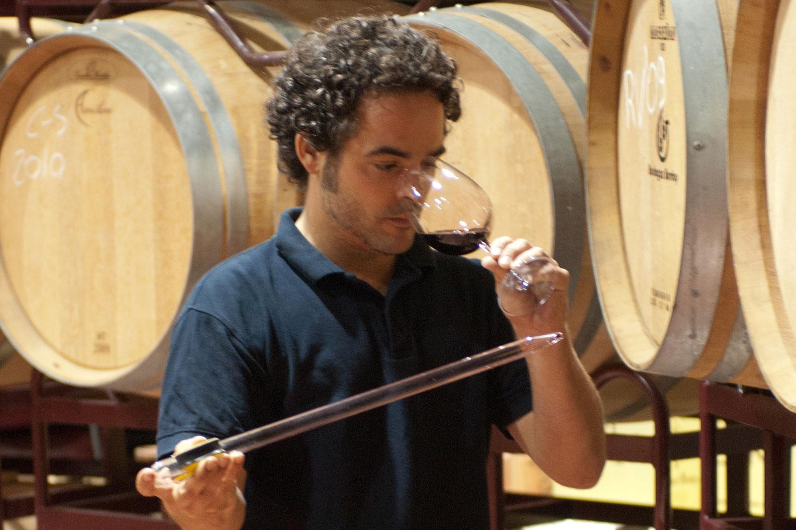 Sergio Navarro, enólogo de Bodegas Bordoy catando el vino Terra de Marès recién extraído de la barrica.